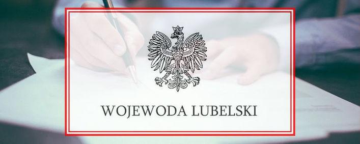 Logo Wojewody Lubelskiego w tle osoba podpisująca dokument
