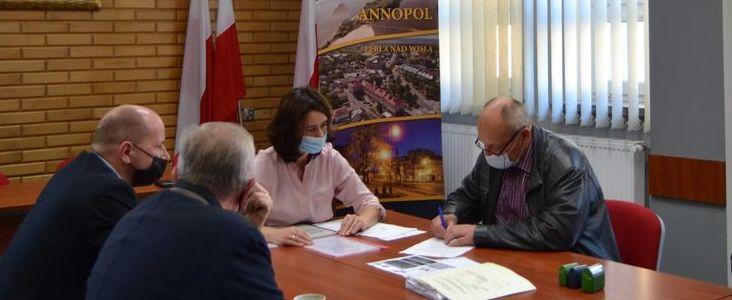 """Podpisanie umowy z wykonawcą projektu  pn. """"Modernizacja oświetlenia ulicznego w Gminie Annopol"""""""