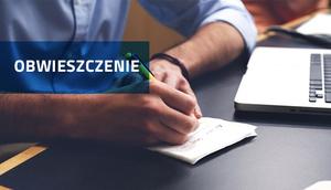 Osoba pisząca w notatniku z komputerem - napis Obwieszczenie na niebieskim tle