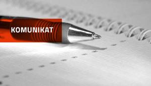 Długopis na notatniku - napis komunikat na czerwonym tle
