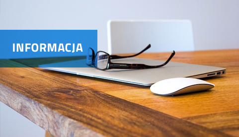 Napis Informacja na niebieskim tle. W tle laptop na biurku.