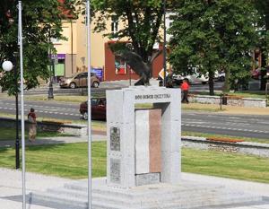 Budowa Pomnika Niepodległości w rewitalizowanym parku przed Urzędem Miasta w Dęblinie