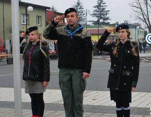 Fragment plakatu: Szczepowa Akcja Naborowa ZHP- Troje harcerzy salutujących na placu