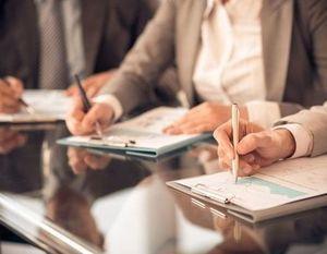 szkolenie osoby piszące w notatnikach
