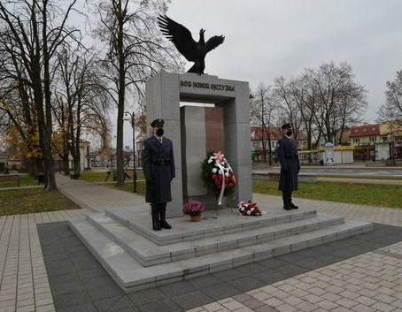 Warta honorowa przy pomniku Niepodległości w Dęblinie podczas uroczystości miejskich 11 listopada 2020 roku.