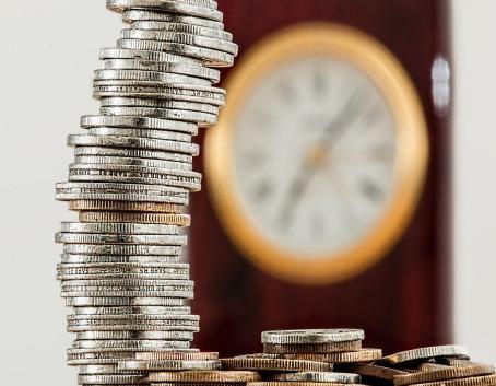 Grafika ogólna monety ustawione w wieżę z zegarem w tle