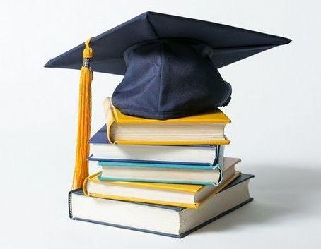 Czapka akademicka na stosie książek