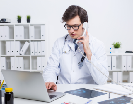 Lekarz rozmawiając przez telefon