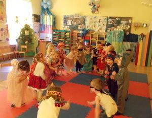 """Dzieci ilustrują ruchem treść piosenki """"Chu chu ua"""""""