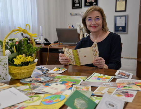 Burmistrz miasta z kartkami