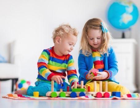 Dziewczynka i chłopiec bawią się klockami