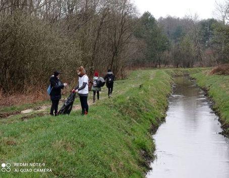 Harcerze podczas sprzątania rzeki
