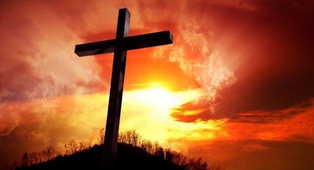 Krzyż na tle czerwonego nieba
