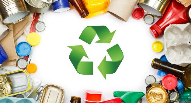 Znak Recycling w otoczeniu śmieci