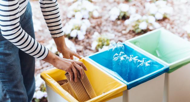 Na zdjęciu osoba segreguje śmieci