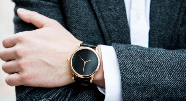 Zegarek na meskiej dłoni