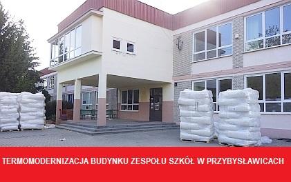Trwają prace budowlane przy termomodernizacji budynku szkoły w Przybysławicach.