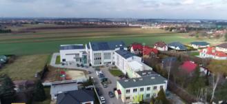 Wykadrowana część zdjęcia przedstawiająca budynek Szkoły Podstawowej w Kalinówce