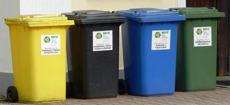 kontenery na śmieci: zielony, niebieski, czarny i żółty
