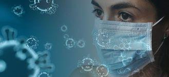 grafika ogólna- koronawirus:  kobieta w maseczce, dookoła cząsteczki wirusa