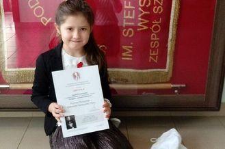 Dziewczynka z dyplomem