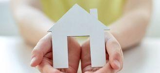 Papierowy dom w ręce