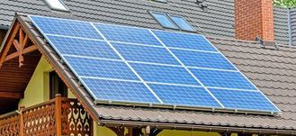 Instalacja solarna na dachu.