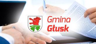 Napis Gmina Głusk z herbem na tle zdjęcia osób z dokumentami