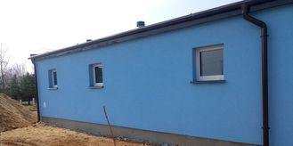 Ściana budynku oczyszczalni pomalowana na niebiesko