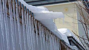 Obowiązki właścicieli i zarządców obiektów budowlanych w sprawie nawisów lodowych i śniegowych na budynkach