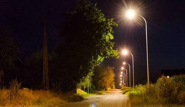 Widok drogi w nocy