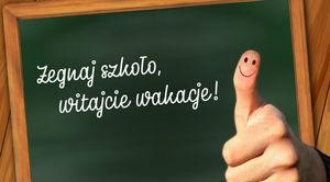 Napis na tablicy Żegnaj szkoło witajcie wakacje! Kciuk do góry z emotikonem uśmiechnietym