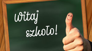 Grafika przedstawia kciuk w górę z napisem Witaj szkoło na tablicy