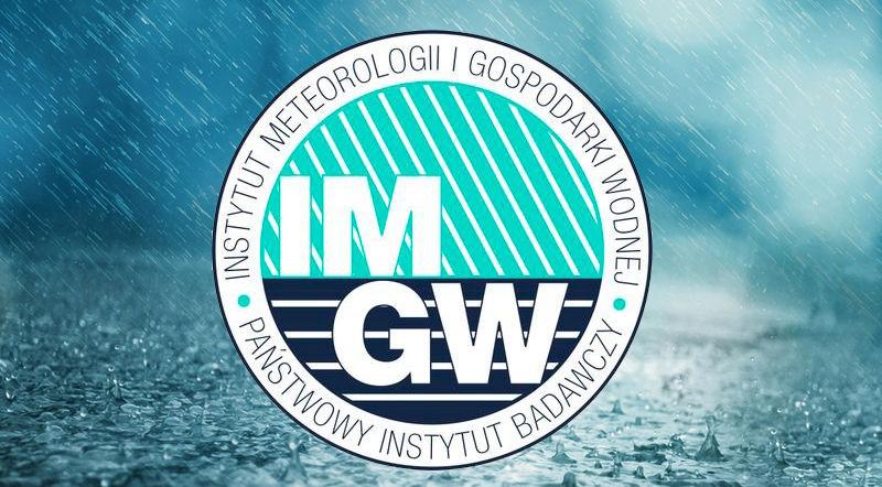 Zdjęcie przedstawia silne opady deszczu z logo IMGiW
