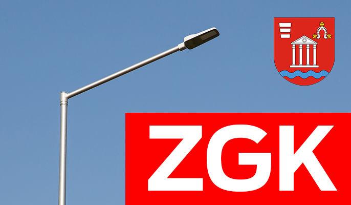 Zdjęcie przedstawia napis zgk i herb gminy Niemce na tle latarni ulicznej