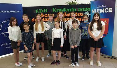 Zdjęcie przedstawia  uczniów Szkoły Podstawowej w Krasieninie