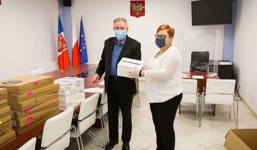 Zdjęcie przedstawia Wójta który wręcza tablety P. Dyrektor z Krasienina