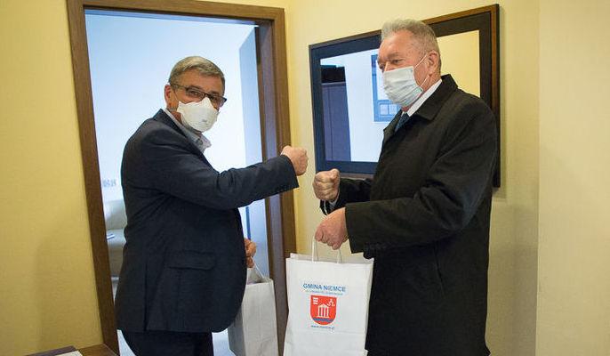 Na zdjęciu Wójt Gminy Niemce przekazujący sprzęt dyrektorowi szpitala