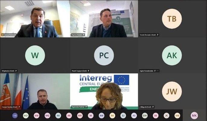 Na zdjęciu ekran komputera ze spotkania on-line