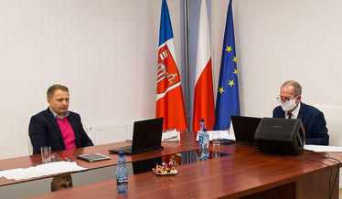Zdjęcie przedstawia Zastępcę Wójta Gminy Niemce oraz Przewodniczącego Rady Gminy podczas obrad