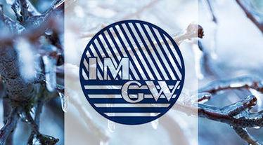 Zdjęcie przedstawia logo IMGW na tle oblodzonych gałęzi