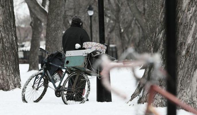 Zdjęcie ilustracyjne przedstawiające bezdomnego