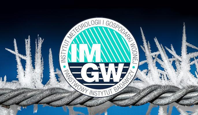 Zdjęcie przedstawia logo IMGW na tle oszronionego drutu