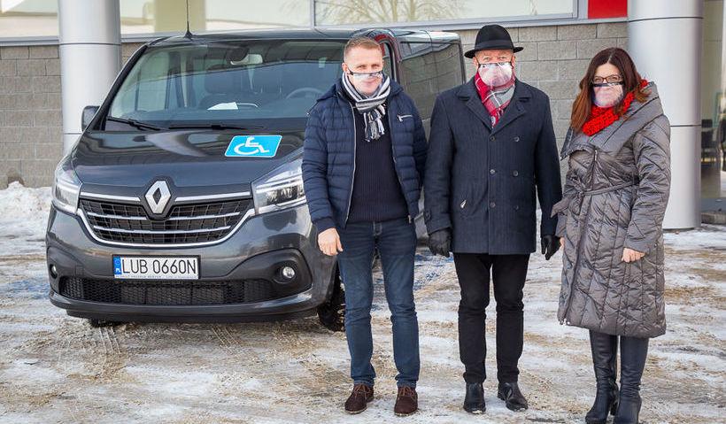 Na zdjęciu Wójt, Zastępca Wójta i Skarbnik Gminy przed nowo zakupionym samochodem