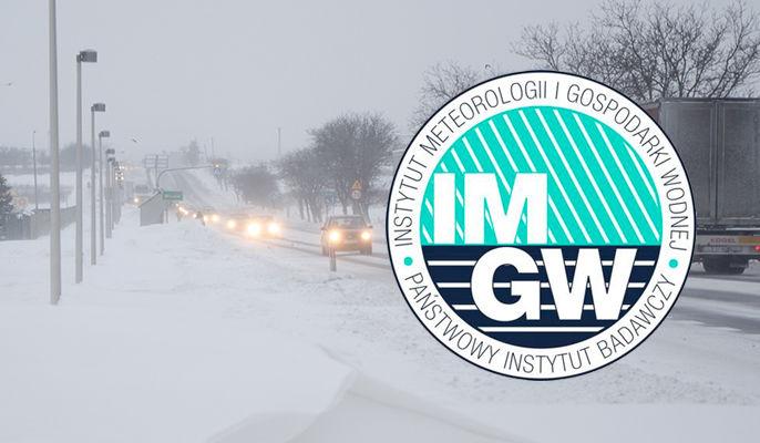 Zdjęcie przedstawia logo IMGiW na tle opadów śniegu