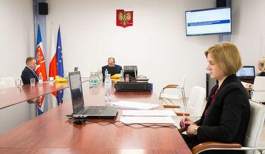 Zdjęcie przedstawia salę konferencyjną urzędu podczas sesji Rady Gminy Niemce