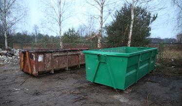 Na zdjęciu pojemniki na odpady na PSZOK