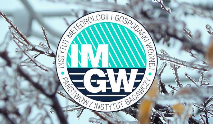 Grafika ogólna logo IMGW na tle oblodzonych gałęzi