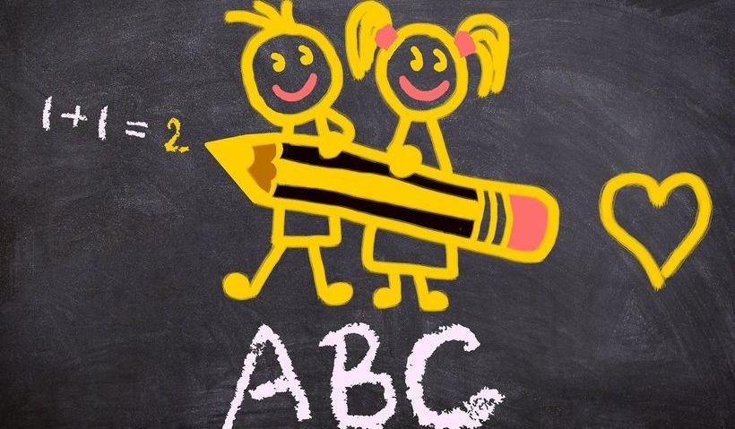 Grafika ilustracyjna - tablica szkolna z cyframi literami i rysunkami