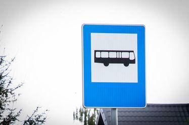 Na zdjęciu znak informujący o przystanku drogowym
